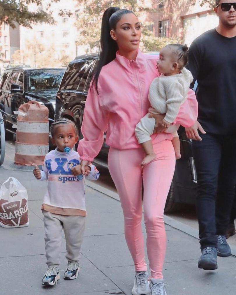 """Kim Kardashian with children """"width ="""" 650"""