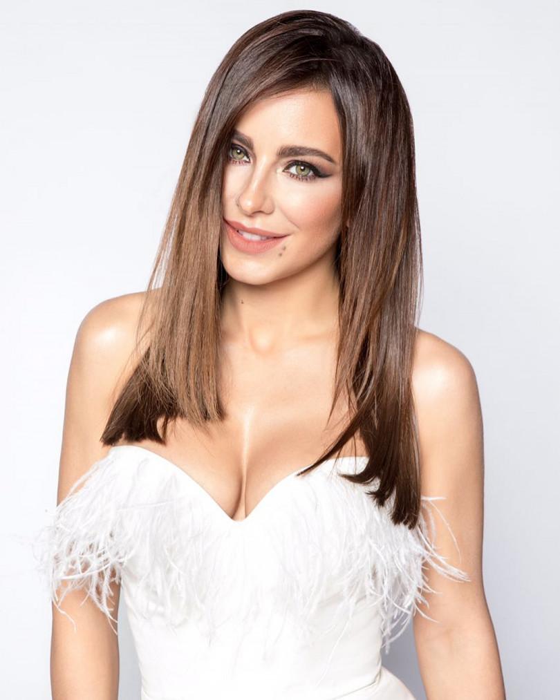 Ани Лорак блистает в белом платье с перьями