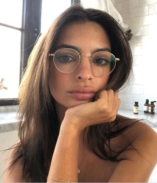 Постельные хроники: Эмили Ратаковски поделилась соблазнительным фото в кровати
