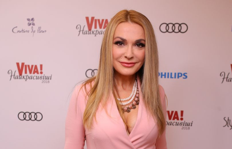 Сама нежность: Ольга Сумская позирует в нежно-розовом наряде