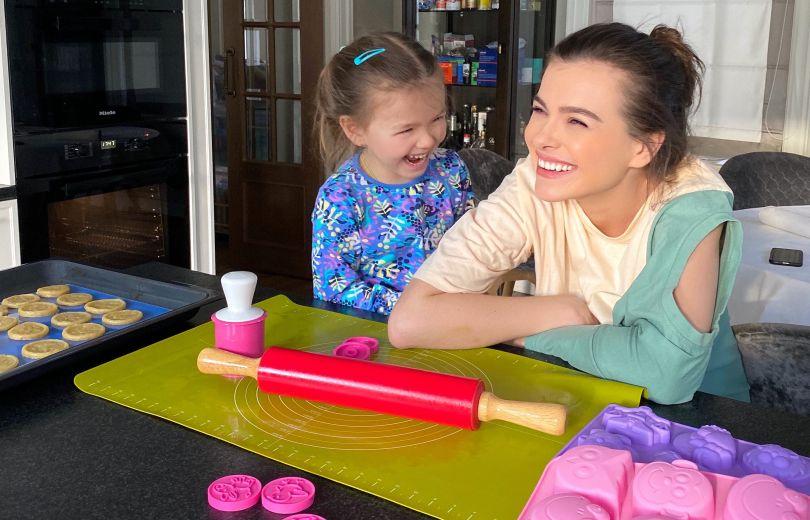 Елена Темникова и ее дочь Саша дома на карантине