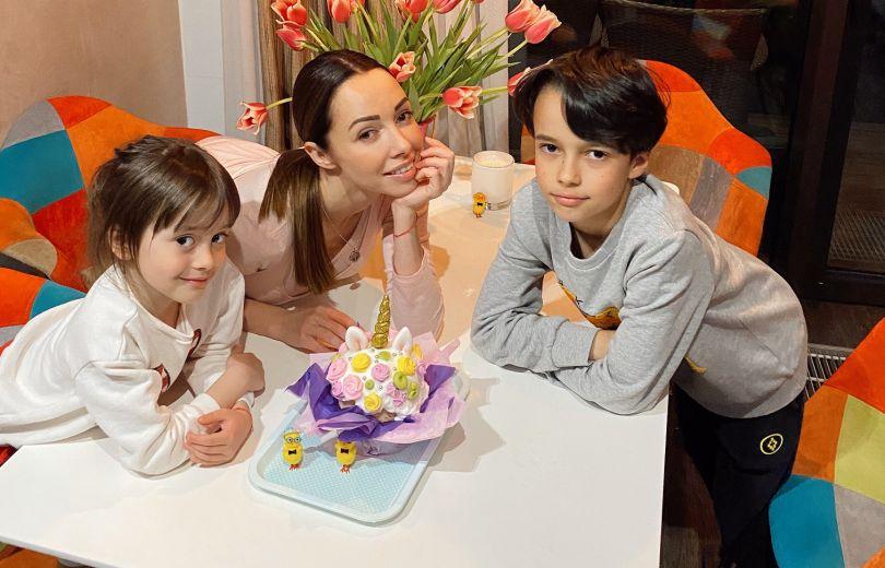 Екатерина Кухари ее дети готовятся к Пасхе 2020