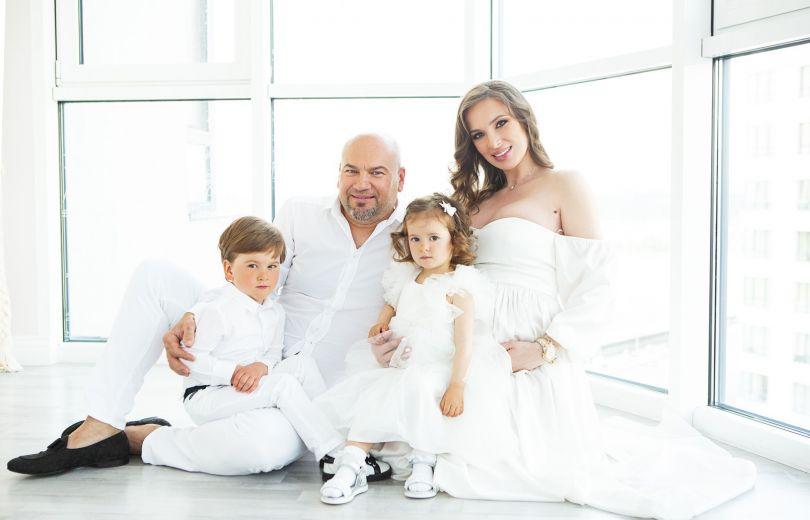 Блогер Ирина Адонина в фотосессии с мужем и детьми
