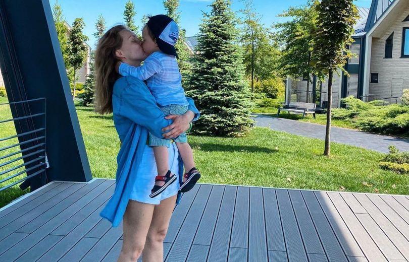 Алена Шоптенко целует сына