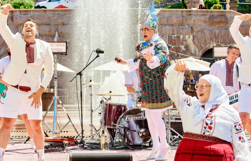 Верка Сердючка танцует на Крещатике