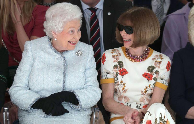 Неожиданно: 91-летняя королева Елизавета II посетила модный показ в Лондоне