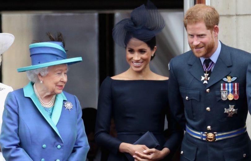 Елизавета II и Меган Маркл с принцем Гарри