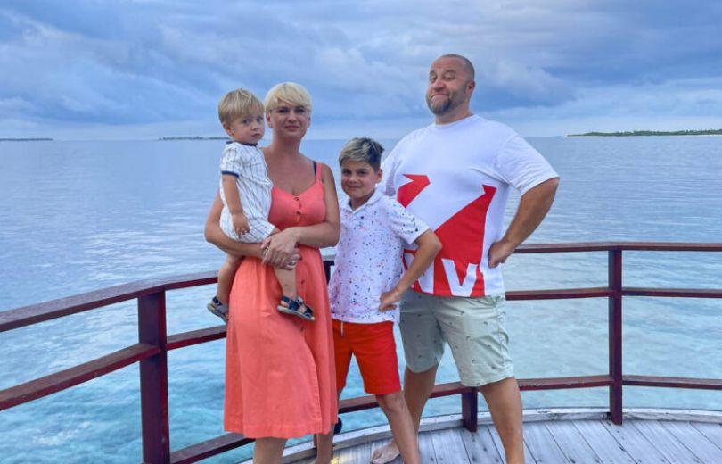 Егор Крутоголов с женой и детьми