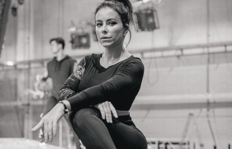 Осиная талия и пышная грудь: Ани Лорак восхитила фигурой в облегающем костюме