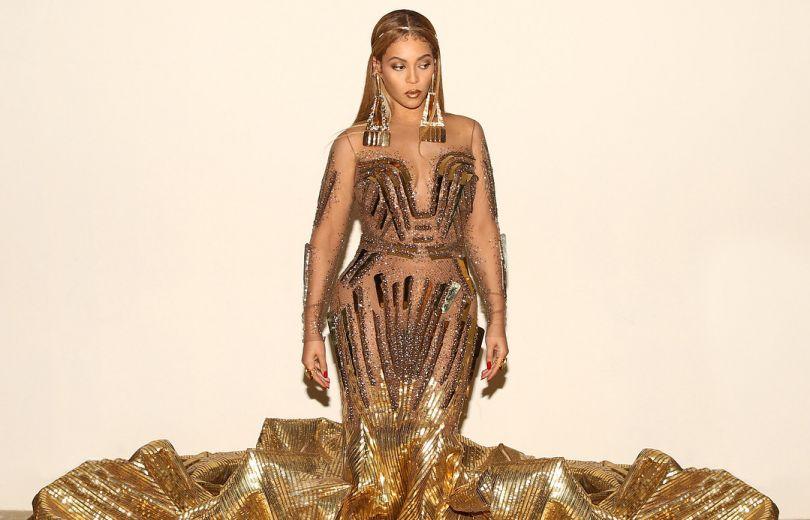 Бейонсе вышла в свет в роскошном золотом платье