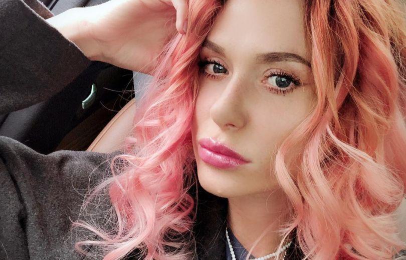 Слава Каминская с розовыми волосами