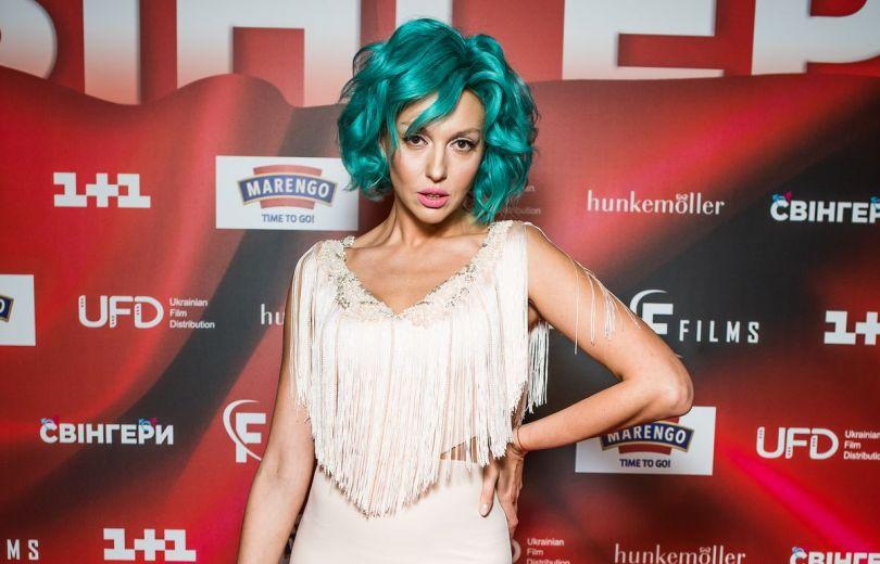 Оля Полякова в белом платье с голубыми волосами