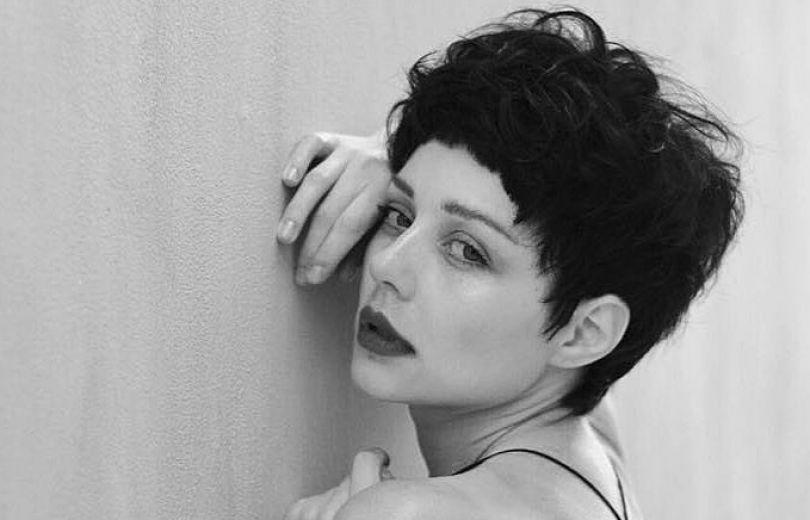 Тина Кароль удивила радикальной сменой стиля — сейчас брюнетка