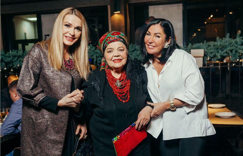 Клуб звездных мам: Юлия Айсина устроила теплую встречу с мамами украинских звезд