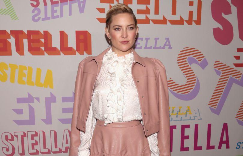 Нежнее нежного: Кейт Хадсон в розовом кожаном костюме