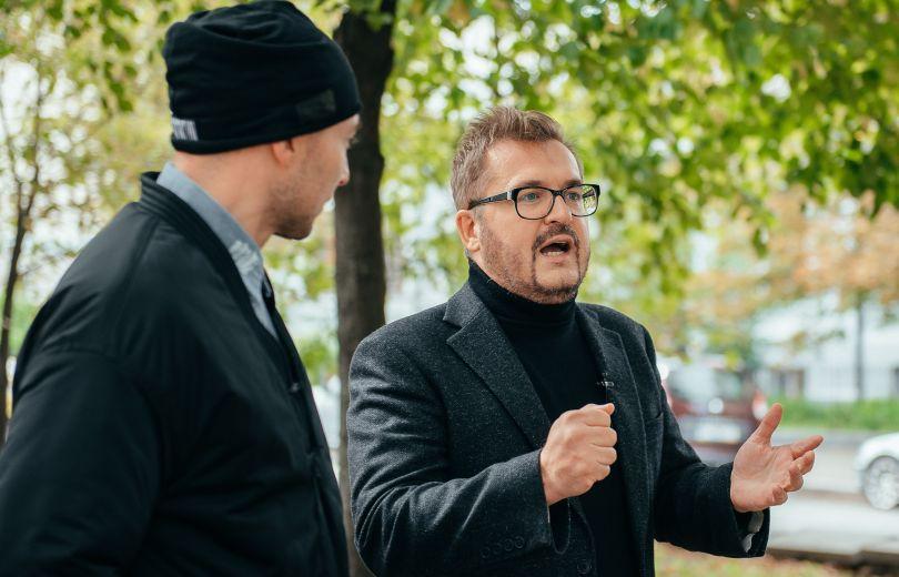 Александр Пономарев дает интервью на улице