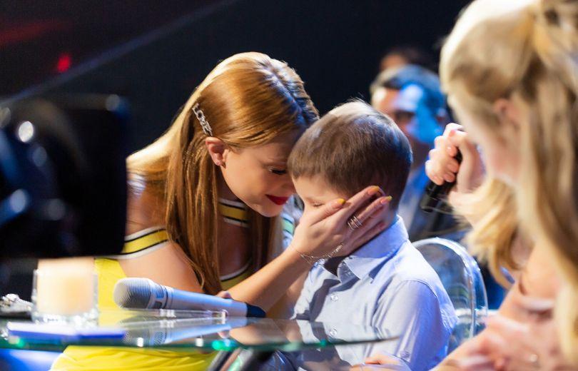 онкобольной мальчик спел с Тиной Кароль на шоу «Голос країни»