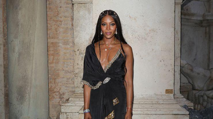 Наоми Кэмпбелл в черно-золотом платье с драпировкой Gucci