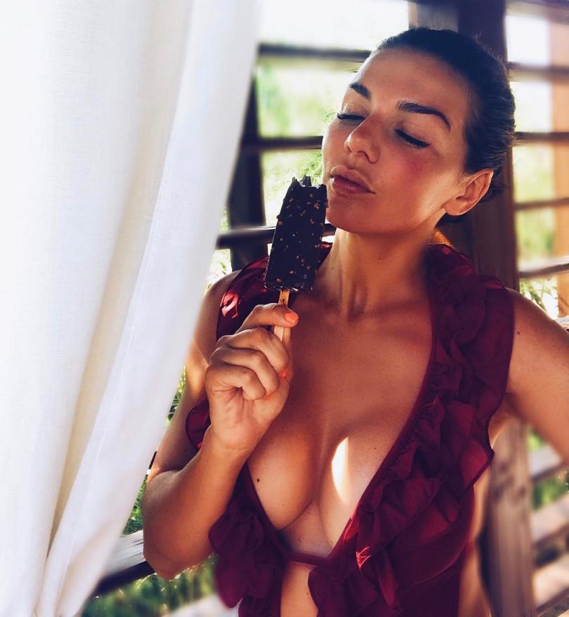 Многодетная мама Анна Седокова восхищает аппетитными формами в бикини