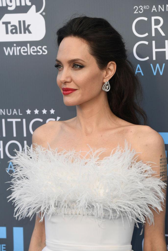 Анджелина Джоли впервые за долгое время вышла в свет в соблазнительном платье с открытыми плечами