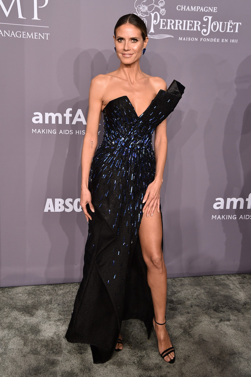 Какие ножки! 44-летняя Хайди Клум появилась в наряде с ошеломляющем разрезом