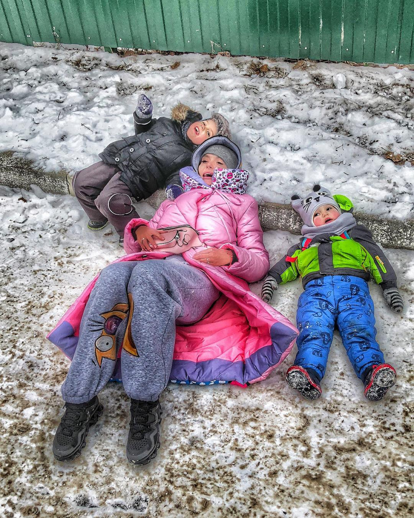 Семейный портрет: Слава Каминская поделилась трогательным фото с мужем и детьми