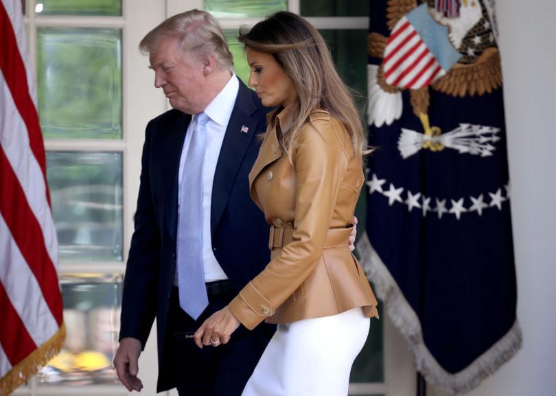 Сплошная романтика: Мелания иДональд Трамп поцеловались напублике