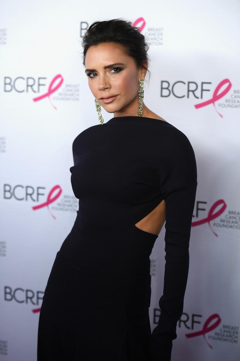 Виктория Бекхэм в черном платье с разрезами по бокам