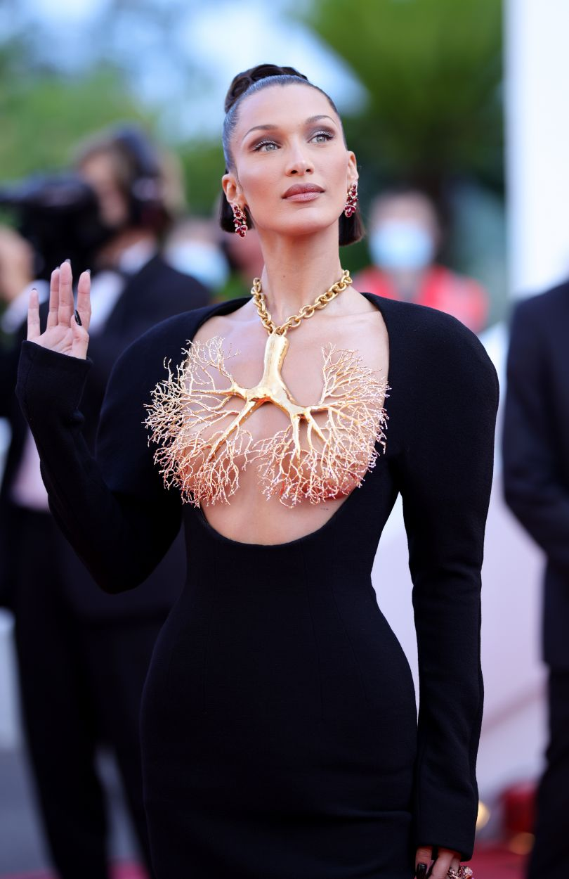 Белла Хадид в платье с голой нрудью на Каннском кинофестивале 2021