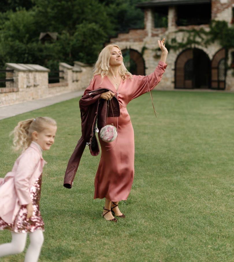 Ольга Горбачева и ее дочь Серафима на природе