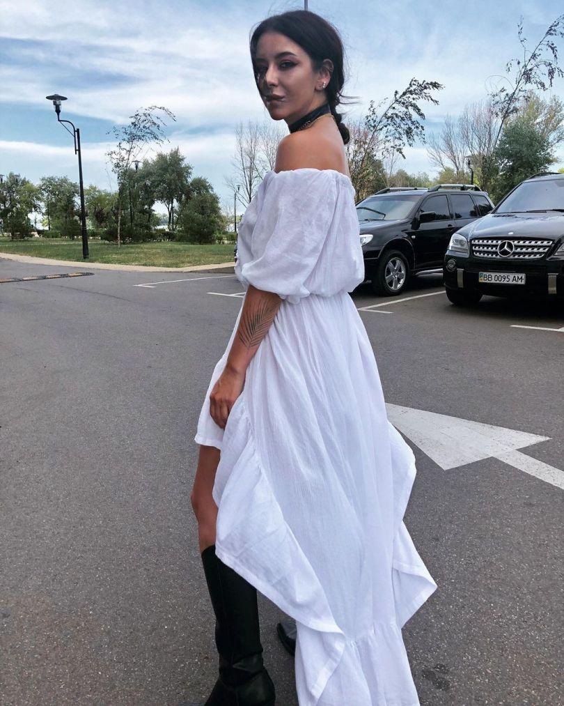 Жена Позитива в белом платье