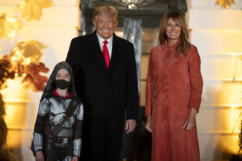 Мелания Трамп улыбается рядом с мужем