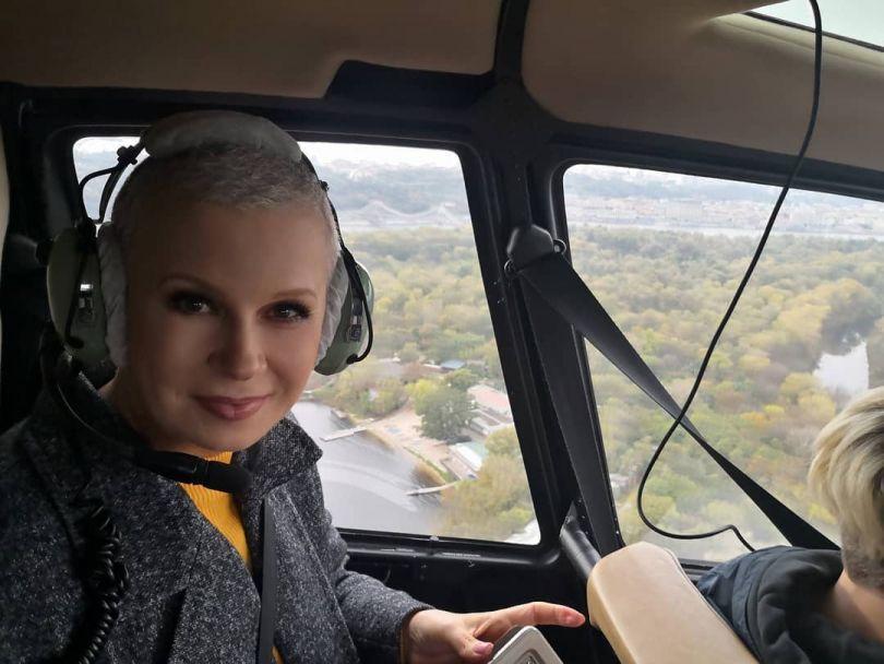 Алла Мазур в вертолете