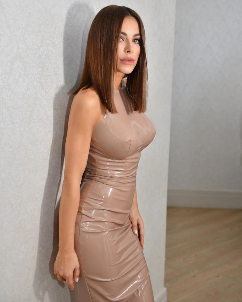 Сексуально! Ани Лорак вышла в свет в платье из латекса