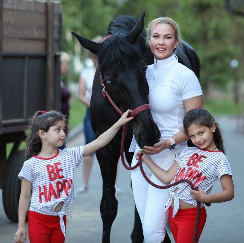 Камалия с дочками и лошадью