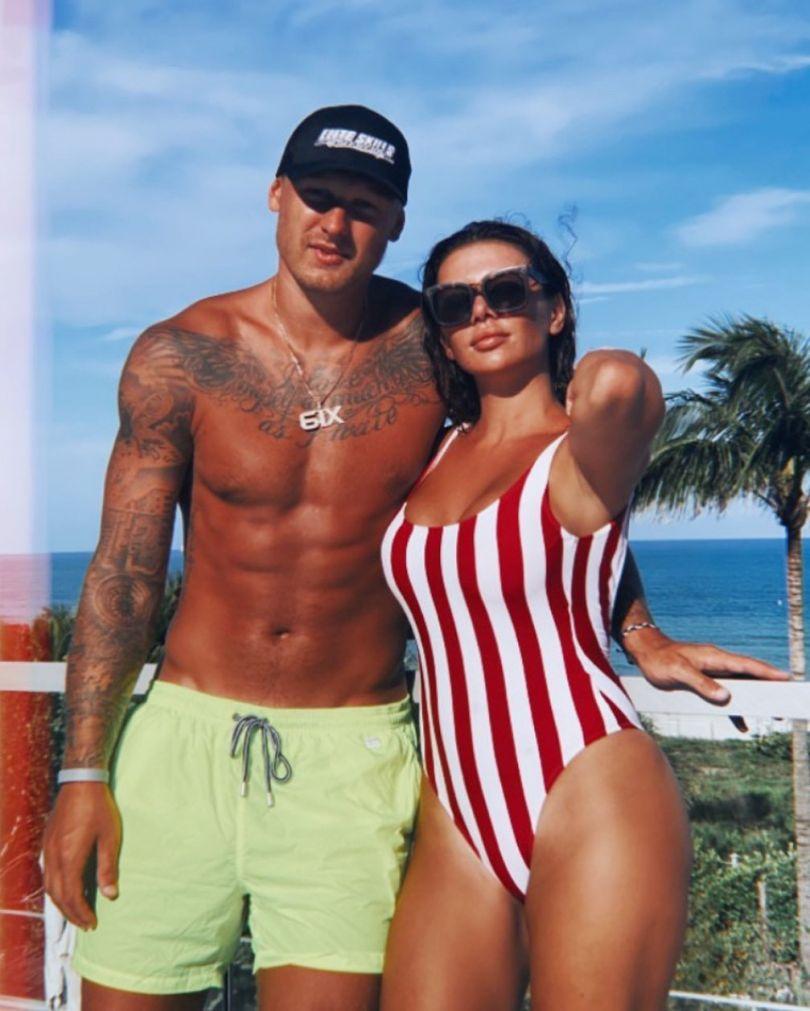 Анна Седокова в купальнику поряд з Янісом Тіммі в США